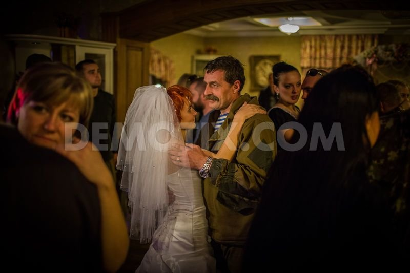 1413760266-in-pictures-rebel-wedding-and-everyday-life-in-gorlovka-ukraine_6043585 (1)