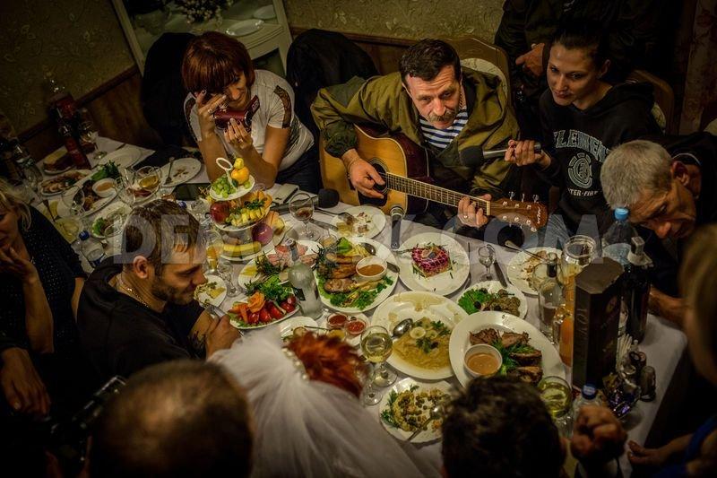 Танцы с автоматами и песня от «Беса»: главарь горловских боевиков стал почетным гостем на свадьбе, фото-9