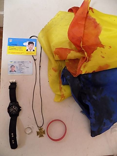 ФОТОФАКТ: загиблий в АТО фотокореспондент носив із собою прапор України. Тепер він у крові