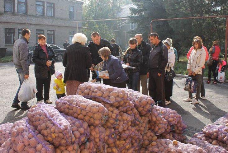 Виталий Ключка оказал помощь продуктами питания переселенцам Красноармейска, Димитрова и Доброполья, фото-1