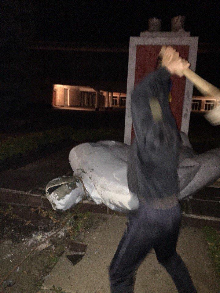 В Кривом Роге памятник Ленину «подскользнулся и разбил голову» (ДОБАВЛЕНО ФОТО), фото-2