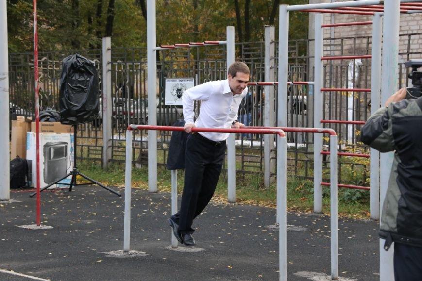 Олег Викторович подтянулся на брусьях