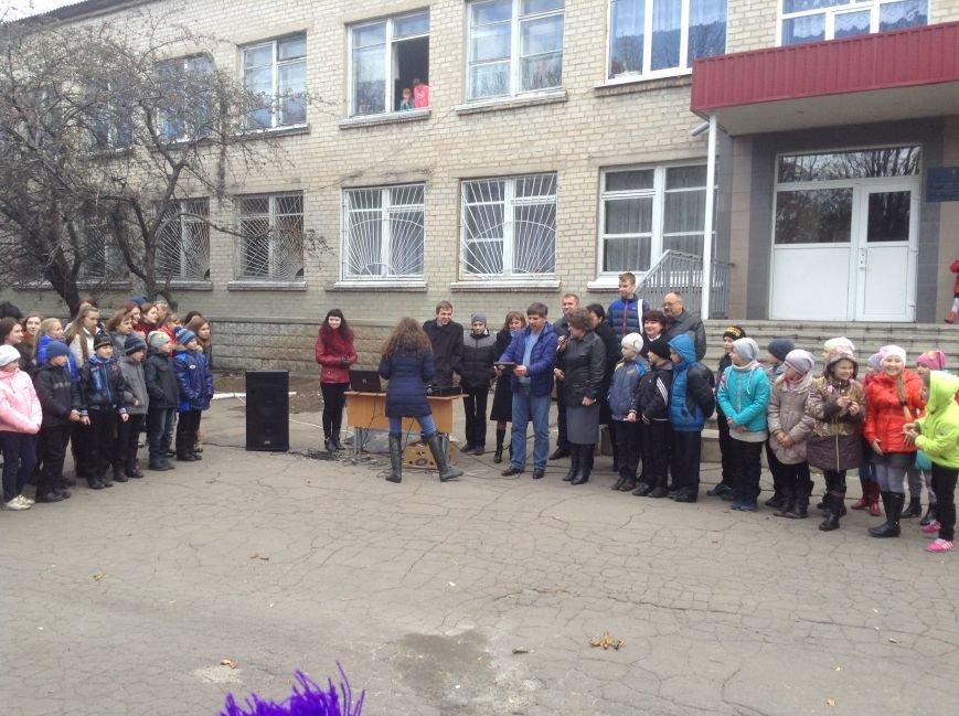 Виталий Ключка посетил школы Доброполья и принял участие в создании «Аллеи мира», фото-1