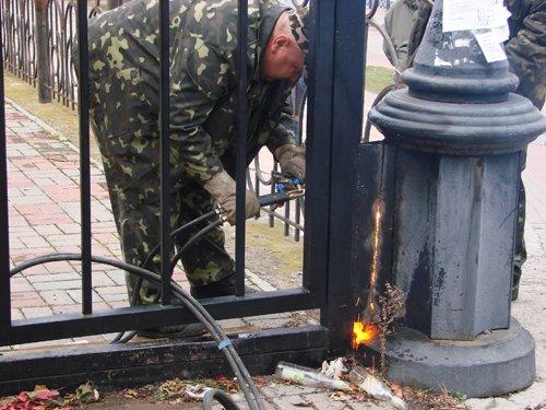 На самовольно захваченной Оболонской набережной демонтировали «ворота богачей» (ФОТО), фото-2