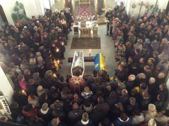 Попрощатися із бійцем «Айдару» Віктором Гурняком на літургію у Тернополі прийшли декілька тисяч мешканців міста, фото-4