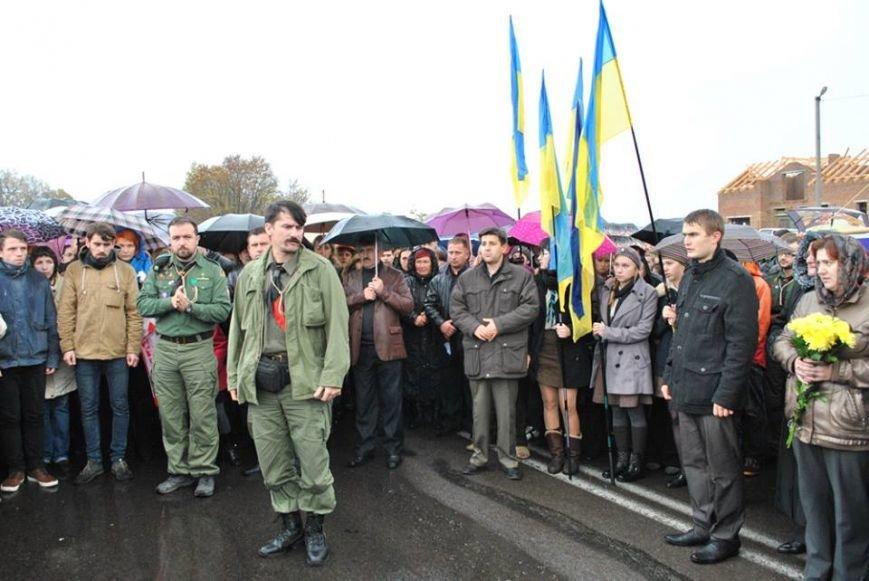 Попрощатися із бійцем «Айдару» Віктором Гурняком на літургію у Тернополі прийшли декілька тисяч мешканців міста, фото-2