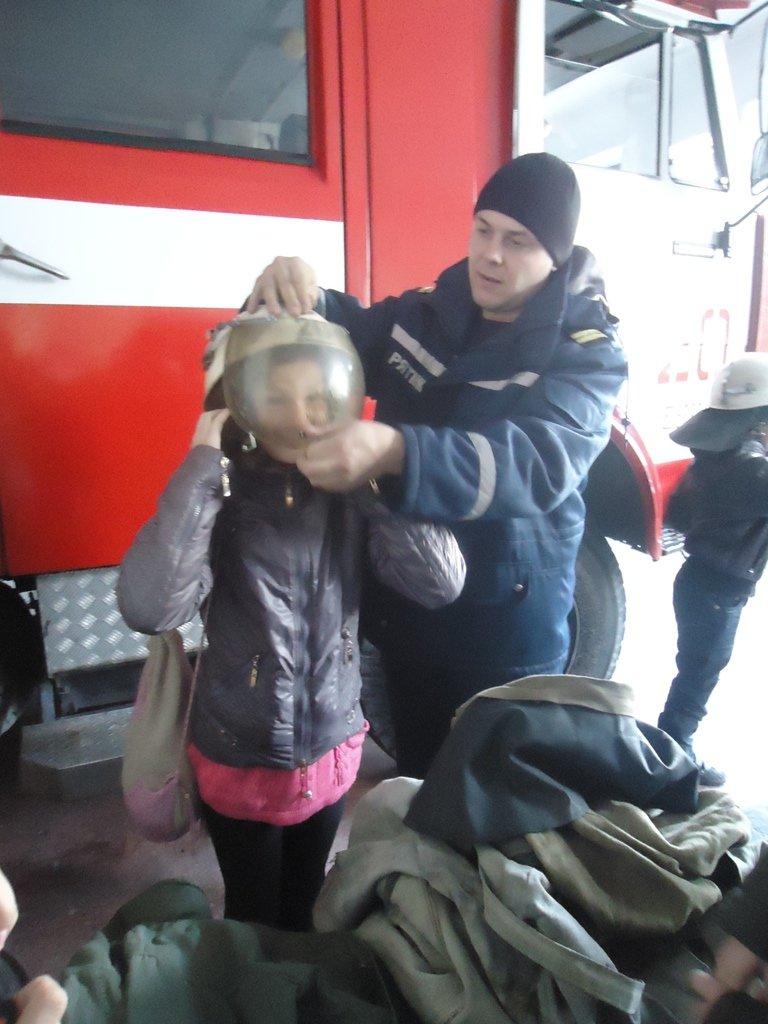 Участники кружка «Юный спасатель» посетили с экскурсией спасателей Суворовского района Херсона, фото-3