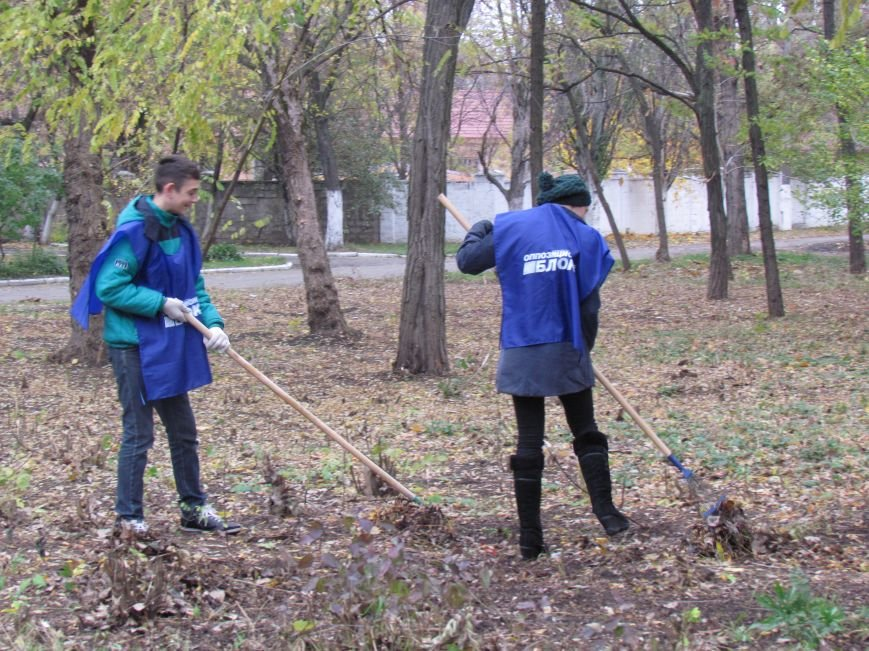Мариупольские общественники и активисты оппозиционных сил очистили от листвы горбольницу №4 (ФОТОРЕПОРТАЖ), фото-12