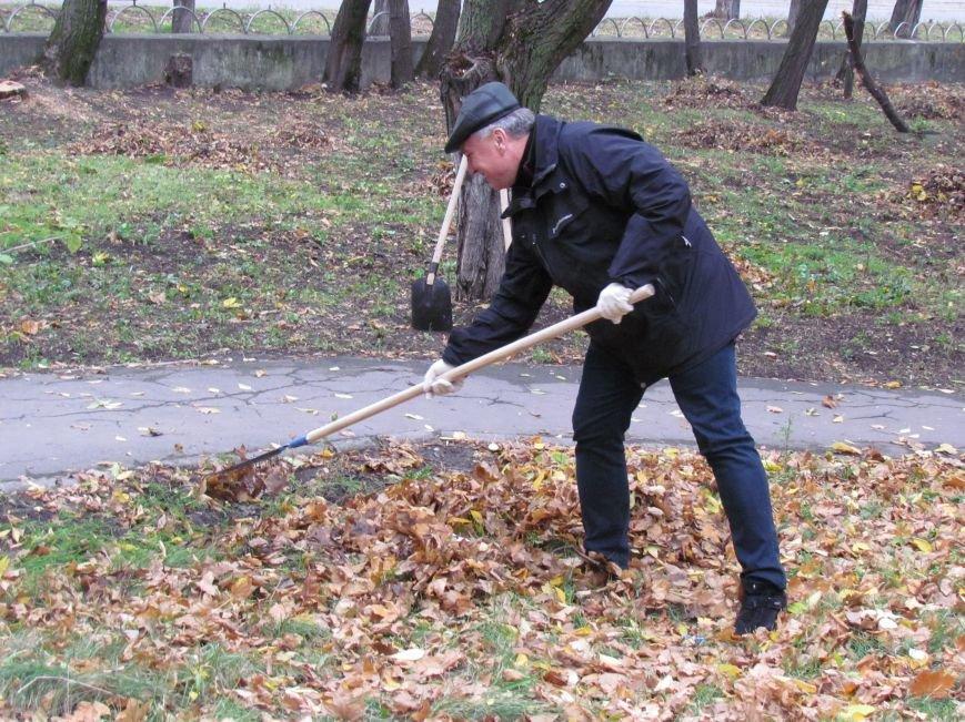 Мариупольские общественники и активисты оппозиционных сил очистили от листвы горбольницу №4 (ФОТОРЕПОРТАЖ), фото-6
