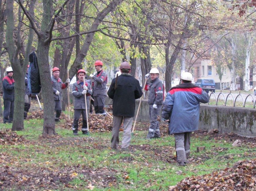 Мариупольские общественники и активисты оппозиционных сил очистили от листвы горбольницу №4 (ФОТОРЕПОРТАЖ), фото-22