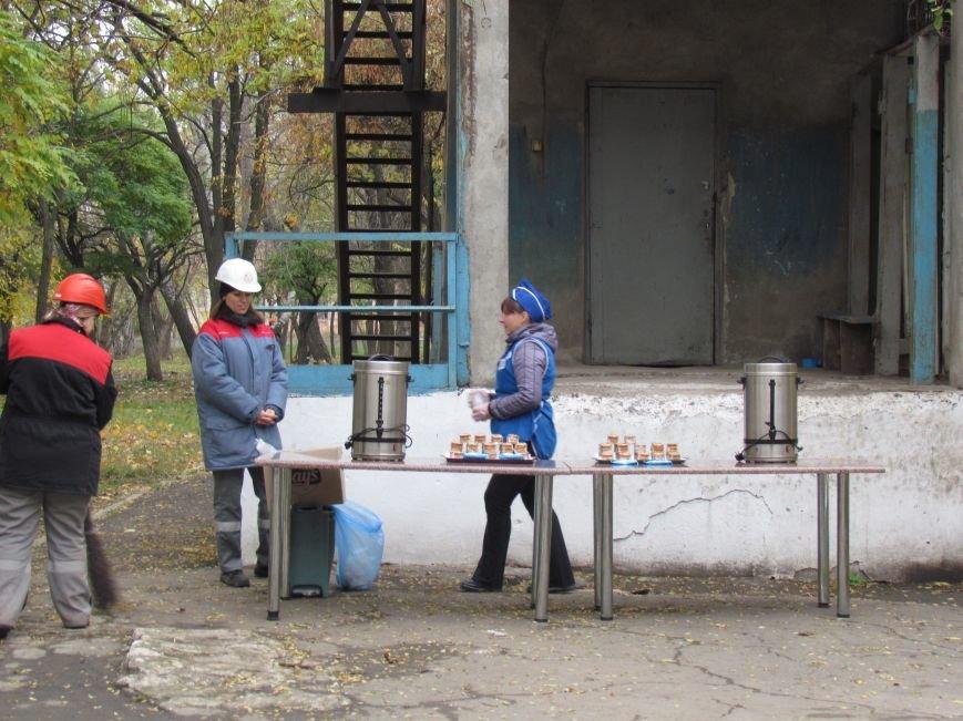 Мариупольские общественники и активисты оппозиционных сил очистили от листвы горбольницу №4 (ФОТОРЕПОРТАЖ), фото-16