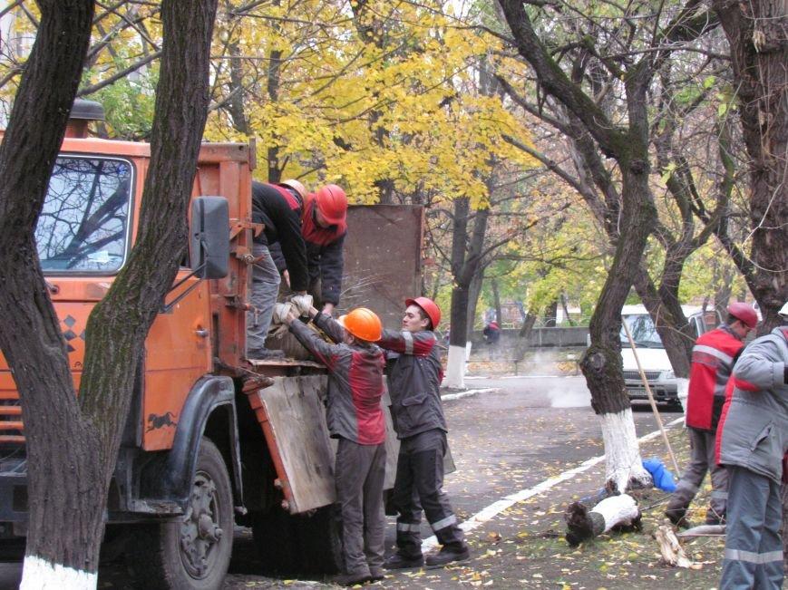 Мариупольские общественники и активисты оппозиционных сил очистили от листвы горбольницу №4 (ФОТОРЕПОРТАЖ), фото-17