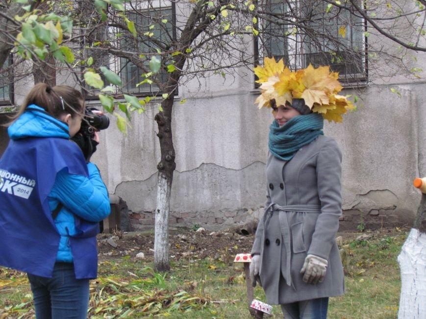 Мариупольские общественники и активисты оппозиционных сил очистили от листвы горбольницу №4 (ФОТОРЕПОРТАЖ), фото-11