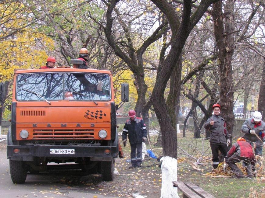 Мариупольские общественники и активисты оппозиционных сил очистили от листвы горбольницу №4 (ФОТОРЕПОРТАЖ), фото-19