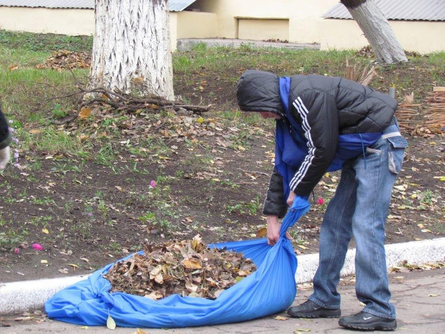 Мариупольские общественники и активисты оппозиционных сил очистили от листвы горбольницу №4 (ФОТОРЕПОРТАЖ), фото-3