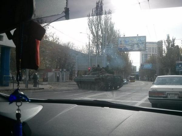 В Донецке перекрыли танками дорогу к аэропорту, фото-1