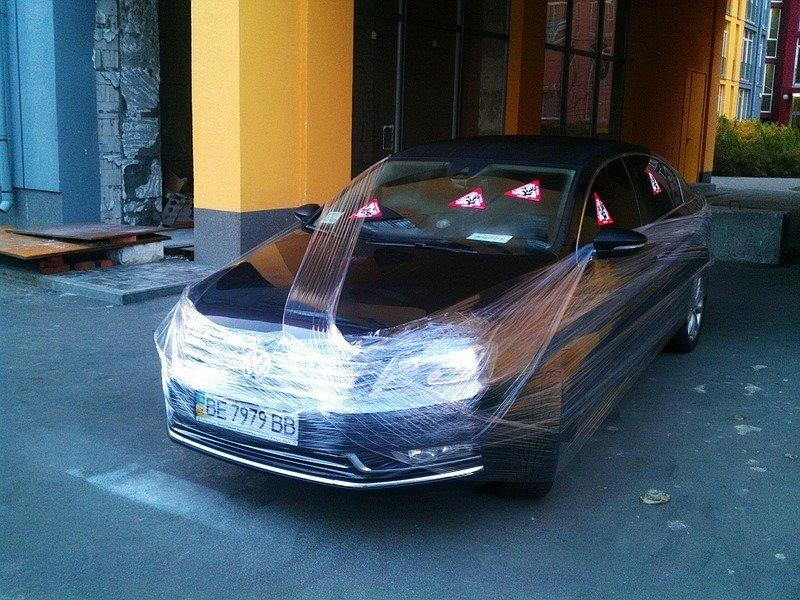 Киевляне обмотали скотчем неправильно припаркованную иномарку (ФОТО), фото-1