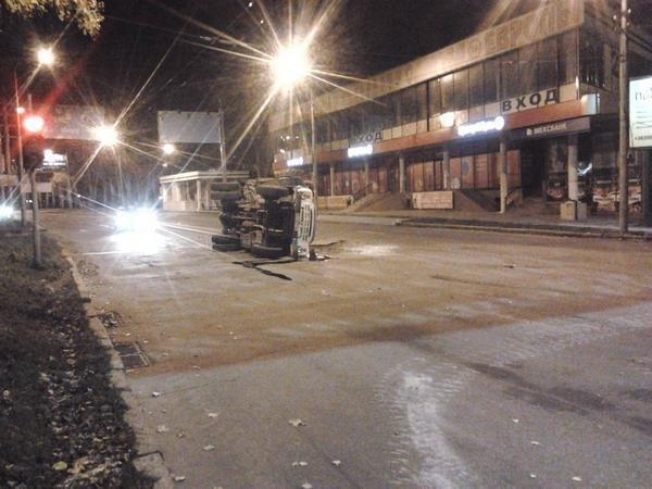 В центре Донецка танк «ДНР»  врезался в грузовик (ФОТО), фото-1