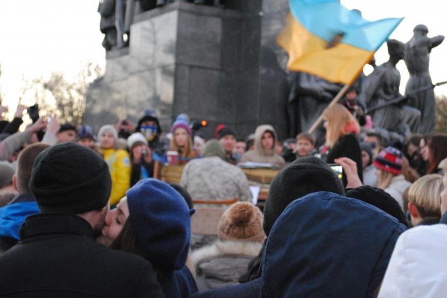 Пианист-экстремист дал концерт под памятником Шевченко в Харькове, фото-1