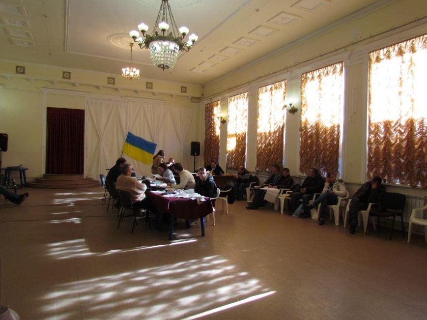 На 58 избирательном округе в Мариуполе около 6 часов не принимают бюллетени (ФОТО), фото-12