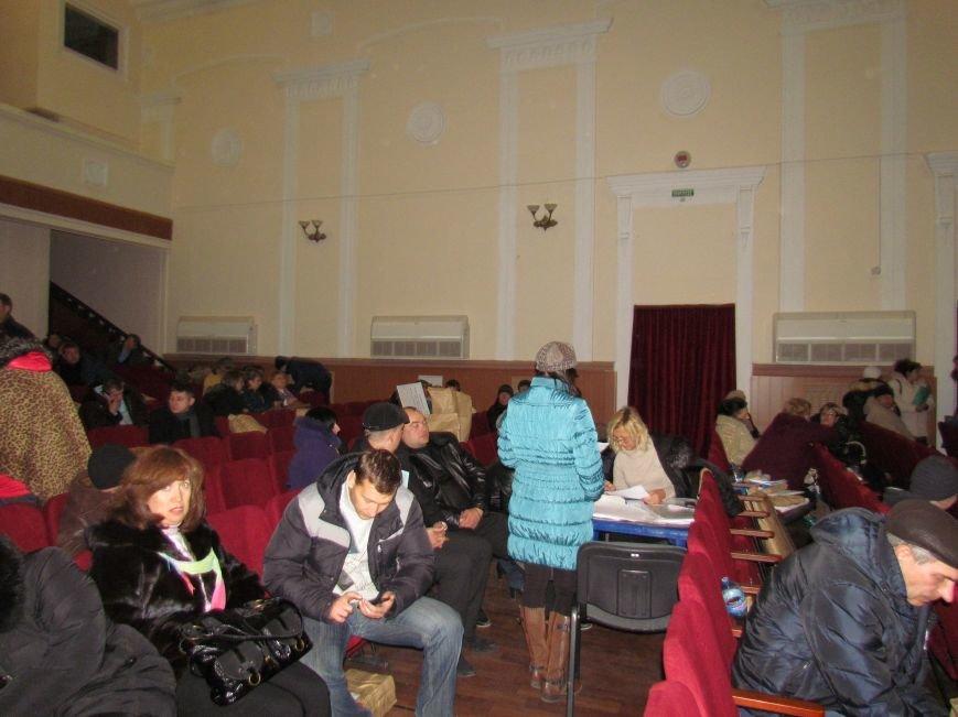 На 58 избирательном округе в Мариуполе около 6 часов не принимают бюллетени (ФОТО), фото-7