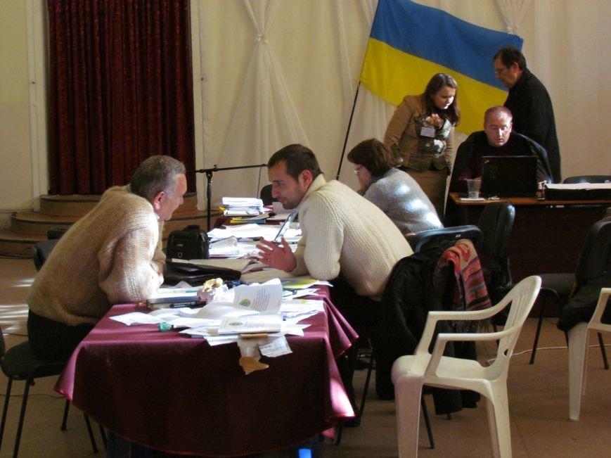 На 58 избирательном округе в Мариуполе около 6 часов не принимают бюллетени (ФОТО), фото-10