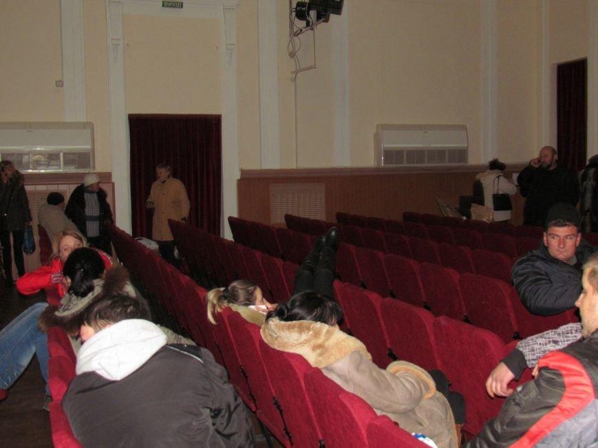 На 58 избирательном округе в Мариуполе около 6 часов не принимают бюллетени (ФОТО), фото-1