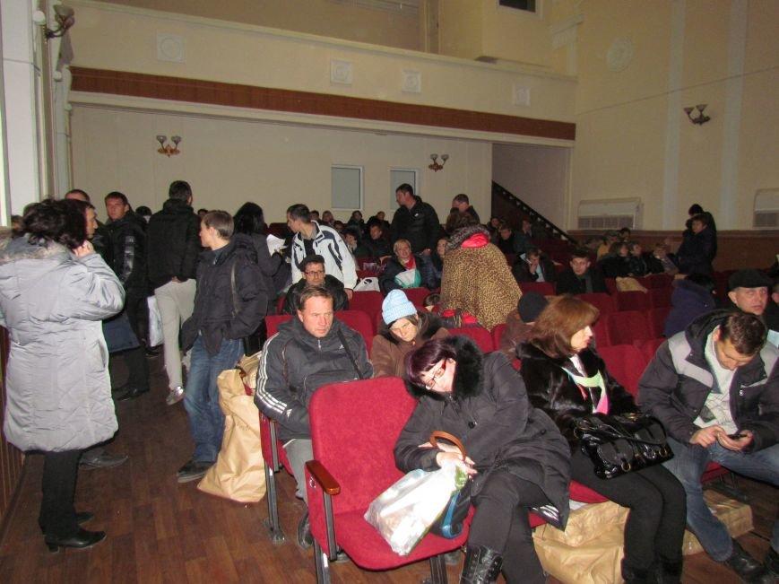 На 58 избирательном округе в Мариуполе около 6 часов не принимают бюллетени (ФОТО), фото-6