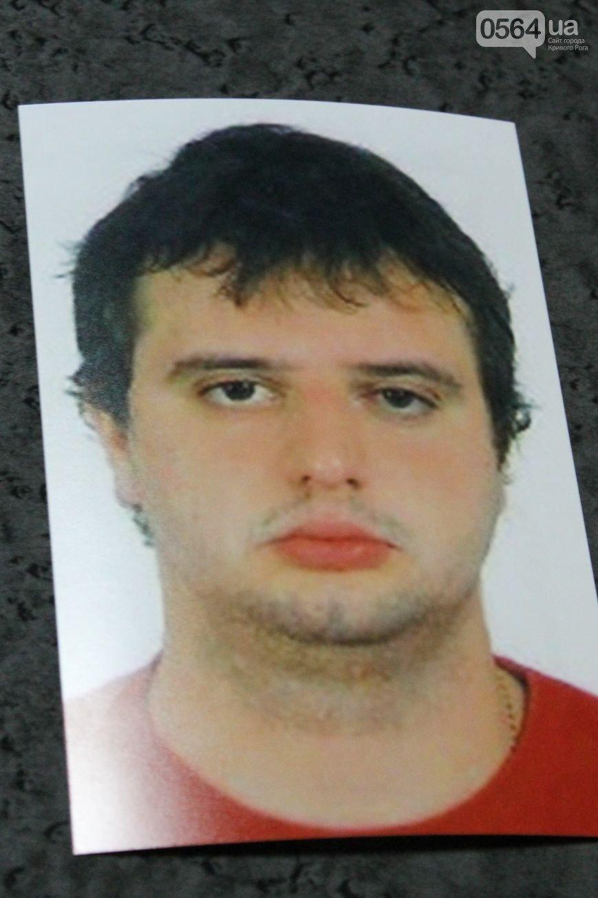 Милиция продолжает поиск преступника, расстрелявшего машину в центре Кривого Рога (ФОТО), фото-1