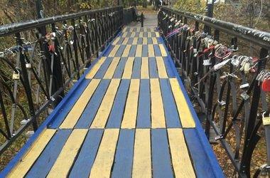 В Киеве мост влюбленных разрисовали в патриотические цвета (ФОТО), фото-1