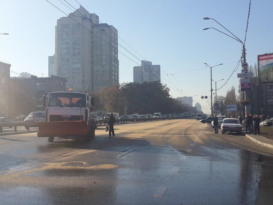 Находчивые киевляне собирали дармовое масло из перевернувшейся цистерны на проспекте Победы (ФОТО), фото-3