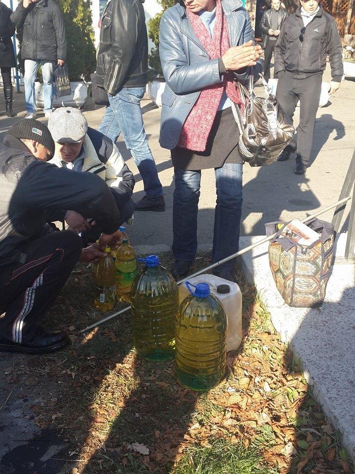 Находчивые киевляне собирали дармовое масло из перевернувшейся цистерны на проспекте Победы (ФОТО), фото-4