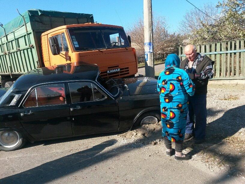 В Мариуполе КамАЗ протаранил Волгу (ФОТО), фото-2