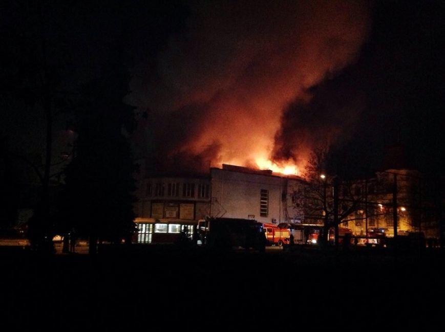 В Киеве подожгли старейший кинотеатр «Жовтень» (ФОТО, ВИДЕО), фото-1