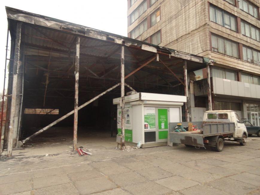 В центре Мариуполя на пожарище Приватбанка закипела работа (ФОТОРЕПОРТАЖ), фото-5