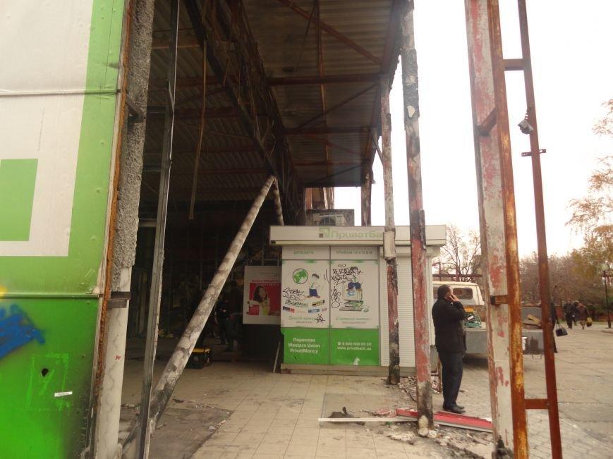 В центре Мариуполя на пожарище Приватбанка закипела работа (ФОТОРЕПОРТАЖ), фото-3