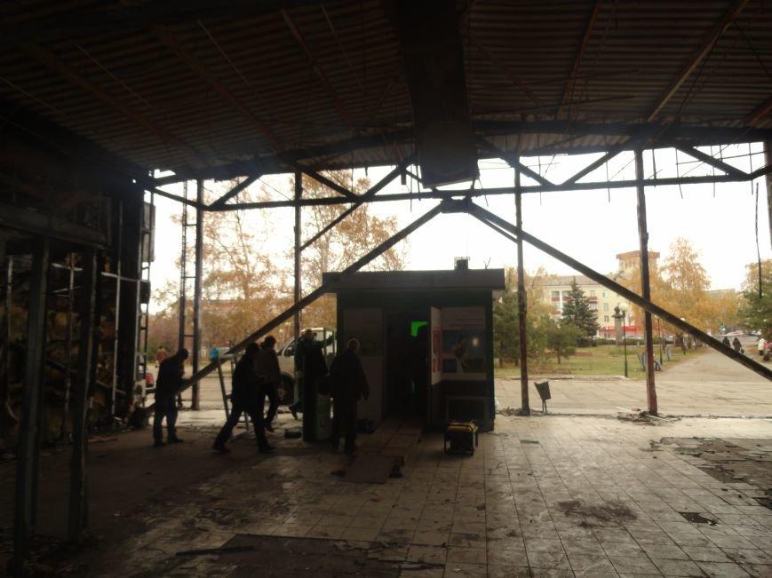 В центре Мариуполя на пожарище Приватбанка закипела работа (ФОТОРЕПОРТАЖ), фото-1