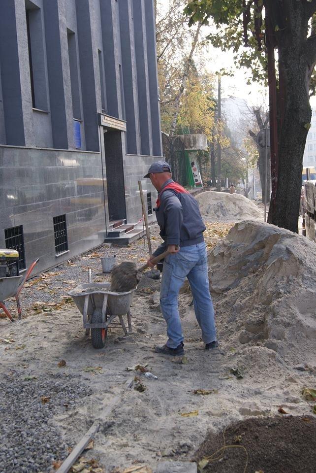 В центрі Тернополя стелять нову бруківку (фото), фото-2