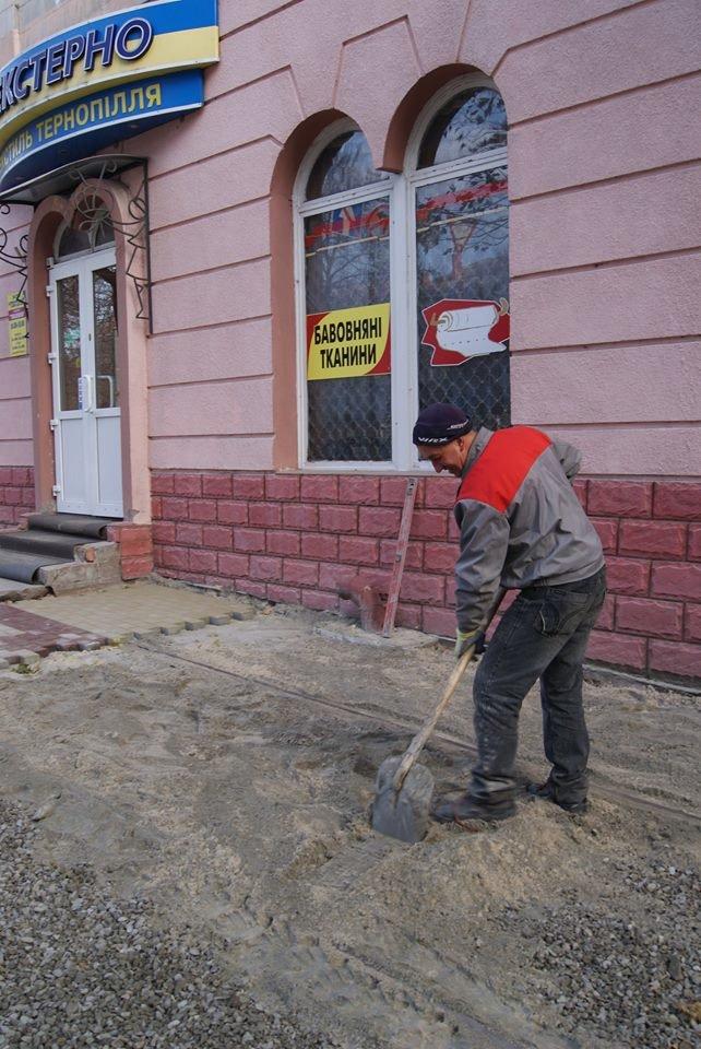 В центрі Тернополя стелять нову бруківку (фото), фото-1