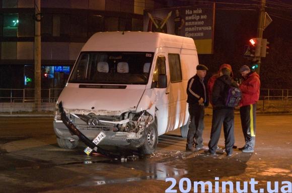 У Тернополі на перехресті біля Обнови зіткнулись ВАЗ 2112 та бус Мерседес Спринтер (фото), фото-3