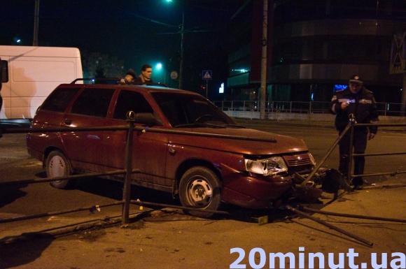 У Тернополі на перехресті біля Обнови зіткнулись ВАЗ 2112 та бус Мерседес Спринтер (фото), фото-1