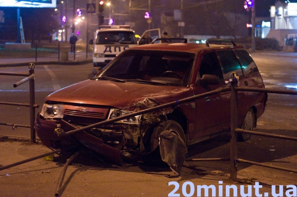 У Тернополі на перехресті біля Обнови зіткнулись ВАЗ 2112 та бус Мерседес Спринтер (фото), фото-2