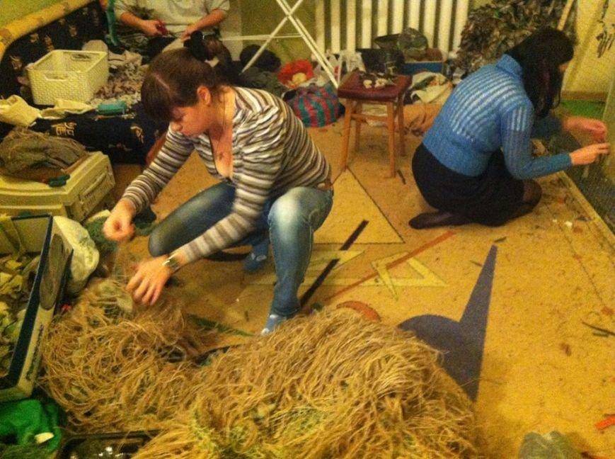 Криворожанки изготовили более 200 квадратных метров маскировочной сетки и принялись за «кикимору» (ФОТО), фото-4