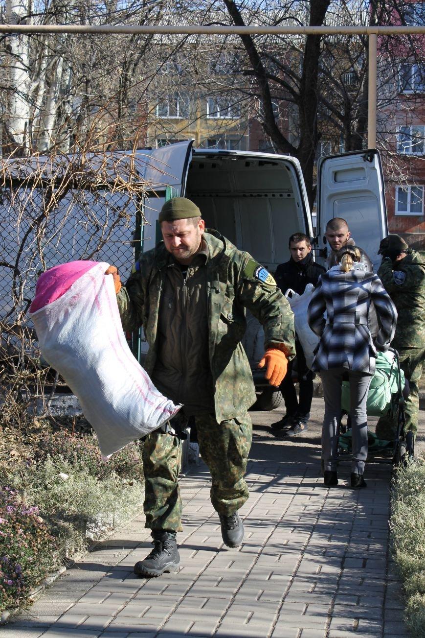 Батальон «Днепр-1» оказал помощь вынужденным переселенцам, которые проживают в Красноармейске, фото-1