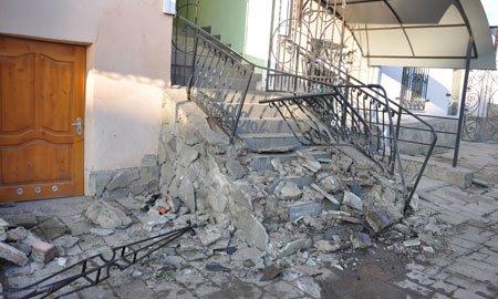 На Тернопільщині водій зніс автівкою металеву огорожу магазину через телефон (фото), фото-1