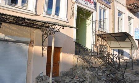 На Тернопільщині водій зніс автівкою металеву огорожу магазину через телефон (фото), фото-2