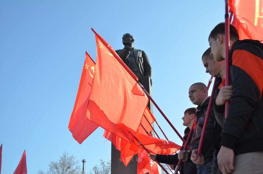 ФОТОРЕПОРТАЖ: В Симферополе коммунисты вышли на митинг с красными знаменами и портретами Сталина, фото-23