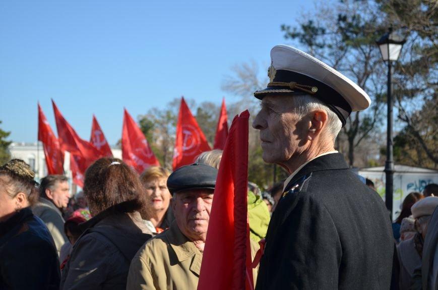 ФОТОРЕПОРТАЖ: В Симферополе коммунисты вышли на митинг с красными знаменами и портретами Сталина, фото-1