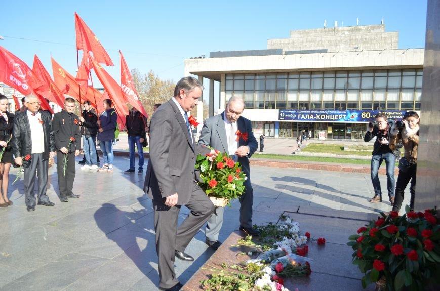 ФОТОРЕПОРТАЖ: В Симферополе коммунисты вышли на митинг с красными знаменами и портретами Сталина, фото-19