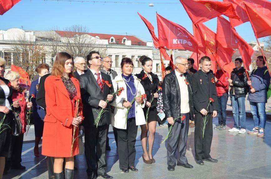 ФОТОРЕПОРТАЖ: В Симферополе коммунисты вышли на митинг с красными знаменами и портретами Сталина, фото-20